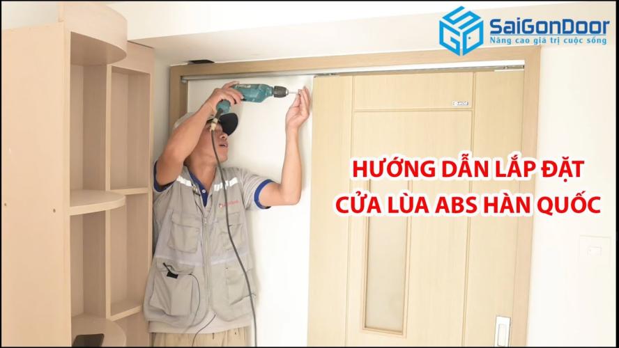 Thợ thi công sẽ kiểm tra và cố định khung bao trước khi lắp đặt cửa trực tiếp.